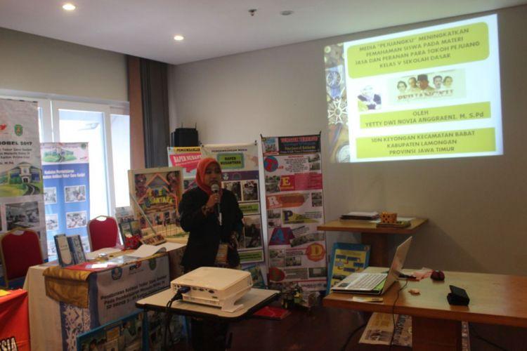Seorang guru tengah mempresentasikan karyanya dalam perlombaan INOBEL 2017 di Kuta, Bali. Perlombaan INOBEL 2017 diselenggarakan Ditjen Guru dan Tenaga Kependidikan Kemendikbud di Kuta, Bali.