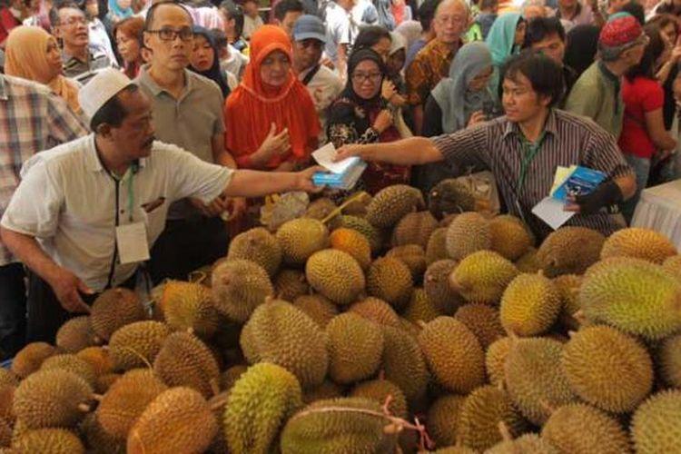 Ratusan pengunjung memadati acara Durian Fair 2016 di Blok M Square, Jakarta, Sabtu (27/2/2016). Pen   gunjung bisa menemukan sekitar 20 jenis durian unggul dari berbagai daerah di Jawa Tengah dan Jawa Barat. Selain itu juga makanan berbahan durian antara lain pancake, es krim dan sup durian.