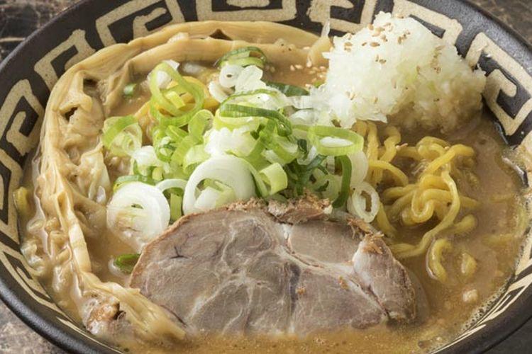 Tori-paitan Miso Ala Sumikawa yang menggunakan pasta miso putih seharga 850 Yen. Kuah kental miso yang harum diberi jahe. Ramen bertambah lezat berkat topping daun bawang yang diiris tipis.