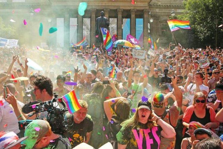Masyarakat memenuhi jalanan untuk merayakan kemenangan legalisasi pernikaha sejenis di Autralia, Rabu (15/11/2017). (CNN)