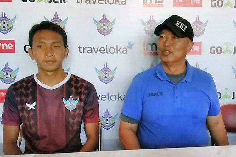 Yusuf Efendi (kiri) dan pelatih Persegres Gresik United Hanafi, dalam sesi jumpa pers sebelum pertandingan kontra Persipura Jayapura, Minggu (13/8/2017).