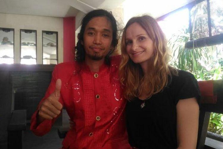 Mantan pengamen kelahiran Makassar ini menikah dengan seorang gadis asal Perancis, Julie Martha.