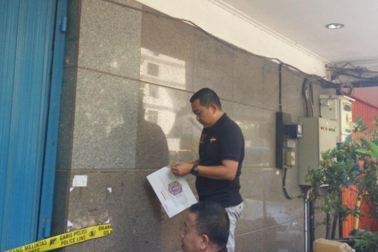 Petugas Satpol PP memasang stiker pencabutan sementara izin usaha tempat spa T1 pada Minggu (8/10/2017). T1 adalah Tempat spa khusus gay di Harmoni, Jakarta Pusat yang baru saja digerebek polisi.