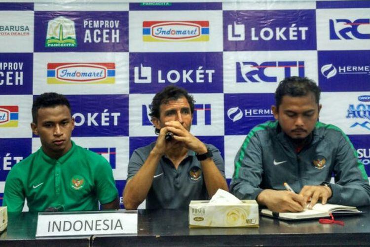 Pelatih timnas Indonesia, Luis Milla (tengah), saat memberikan pernyataan pada sesi jumpa pers pasca-laga kontra Mongolia dalam Aceh World Solidarity Cup 2017 di Stadion Harapan Bangsa, Banda Aceh, Senin (4/12/2017).