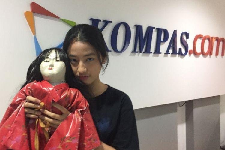 Novinta Dhini berfoto berdua boneka Itchimatsu bernama Minako di Kantor Redaksi Kompas.com, Jakarta, Selasa (5/9/2017). Ia sedang mempromokan film Petak Umpet Minako, yang diputar di jaringan bioskop di Indonesia mulai 7 September 2017.