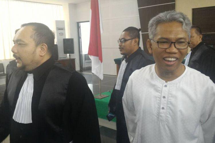 Buni Yani bersama kuasa hukumnya Aldwin Rahadian dalam sidang lanjutan kasus dugaan pelanggaran UU ITE di Gedung Dinas Perpustakaan dan Kearsipan Kota Bandung , Selasa (20/6/2017).