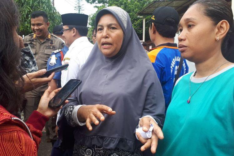 Warga Jatipadang, Fatimah, menerima bantuan dari Gubernur DKI Jakarta Anies Baswedan untuk digunakan operasional dapur umum korban banjir, Rabu (13/12/2017).