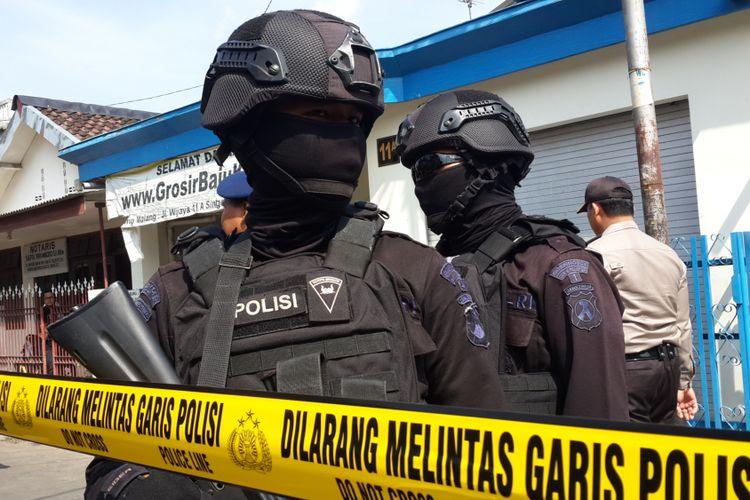 Sejumlah anggota Brimob Polda Jatim saat mengamankan penggeledahan rumah pelaku terduga teroris di Singosari, Kabupaten Malang oleh Densus 88, Senin (19/6/2017)