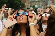 Sama Saja, Orang New York Juga Norak Lihat Gerhana Matahari