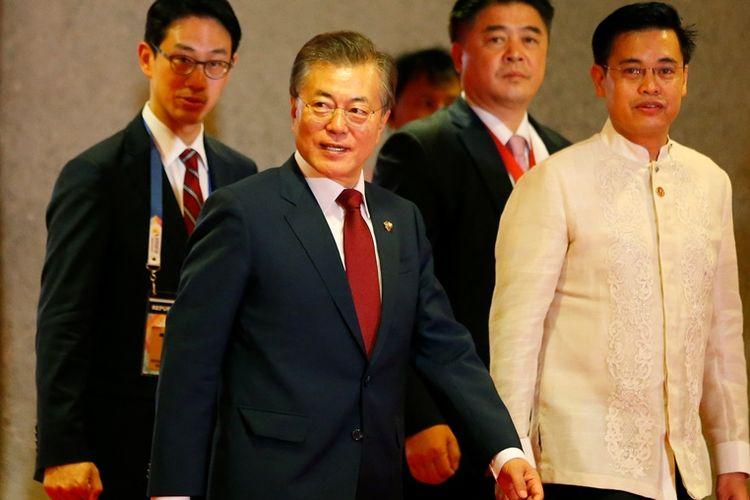 Presiden Korea Selatan Moon Jae-In (dua dari kiri) saat menghadiri konferensi tingkat Asia Tenggara di Filipina.