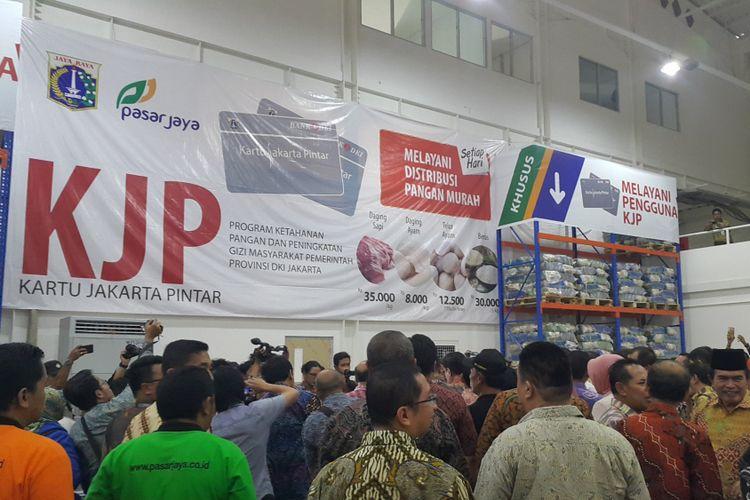 Warga DKI Jakarta yang menerima Kartu Jakarta Pintar (KJP) dapat berbelanja di Jakgrosir Pasar Induk Kramatjati, Jakarta Timur. Foto diambil di Jakgrosir, Jumat (8/9/2017).