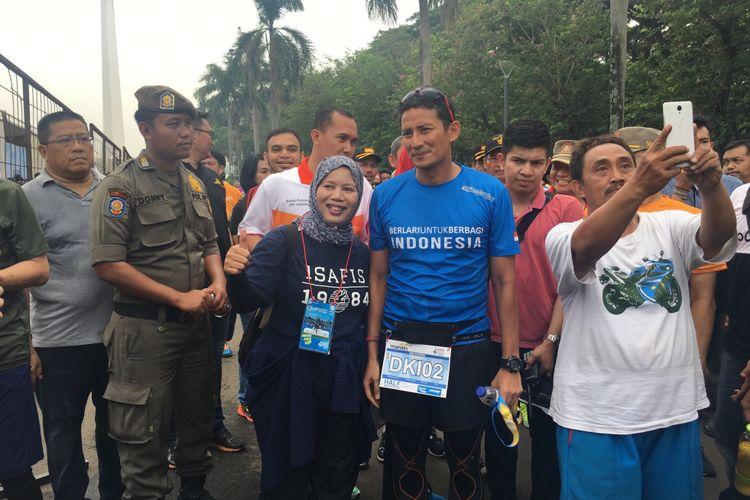 Wakil Gubernur DKI Jakarta Sandiaga Uno sel   esai mengikuti Jakarta Marathon 2017 di Monumen Nasional, Jakarta, Minggu (29/10/2017).