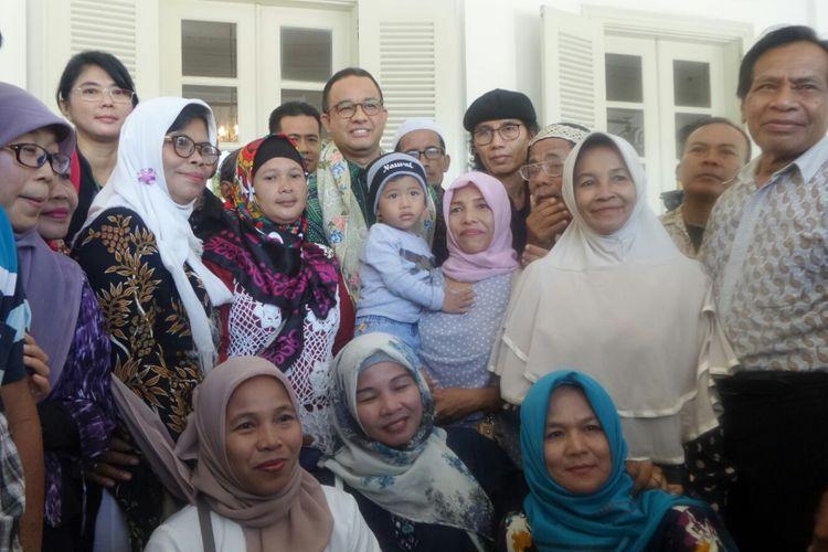 Gubernur DKI Jakarta Anies Baswedan dan warga Bukit Duri di Balai Kota DKI Jakarta, Jalan Medan Merdeka Selatan, Junat (27/10/2017).