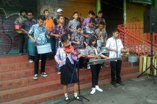 Pedagang Gelar Upacara Kemerdekaan Diiringi Musik dari Barang Bekas