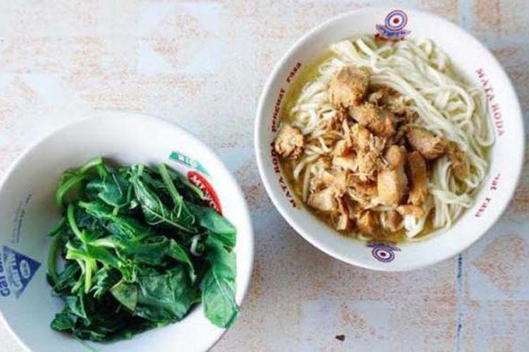 Mie ayam popeye disajikan dengan bayam sebagai pendamping.