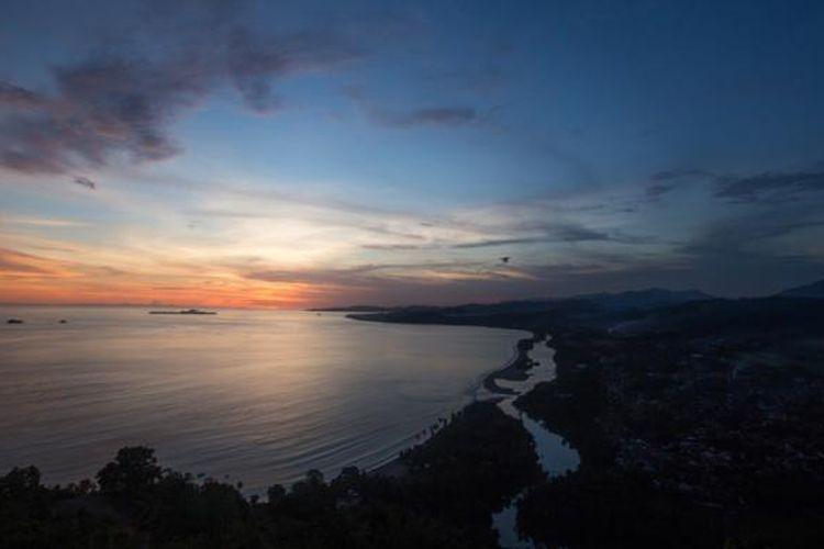 Matahari terbenam terlihat dari Puncak Bukit Langkisau, Kabupaten Pesisir Selatan, Sumatera Barat, Jumat (15/5/2015). Dari bukit ini wisatawan bisa menyaksikan Samudera Hindia, Pantai Salido, dan Teluk Painan.