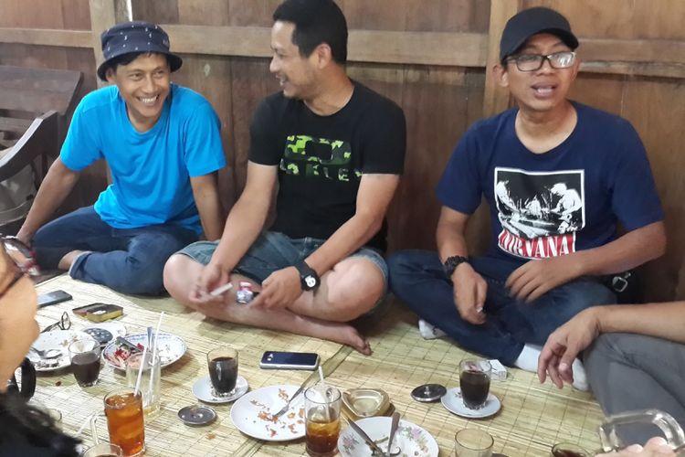 Penggemar makanan khas Jawa bisa mendapati makanan yang sesuai selera di Warung Kopi Klotok, Sleman. Kamis (10/8/2017), penyanyi Agustinus Gusti Nugroho atau Nugie menikmati makan siang di tempat itu bersama teman-temannya.