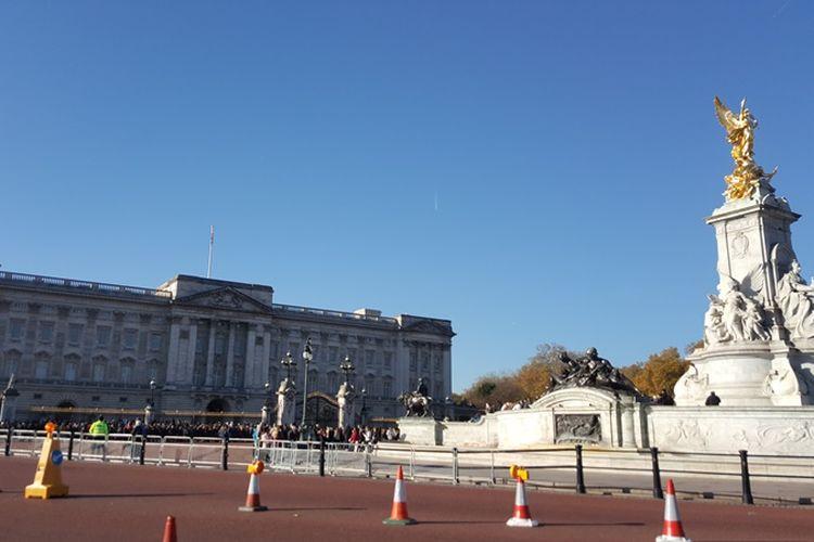 Suasana di depan Istana Buckingham di London, Senin (6/11/2017), sebelum upacara pergantian pasukan pengawal kerajaan berlangsung.