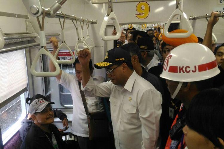 Menteri Perhubungan Budi Karya Sumadi menaiki kereta commuter menuju Stasiun Manggarai, Minggu (23/7/2017).
