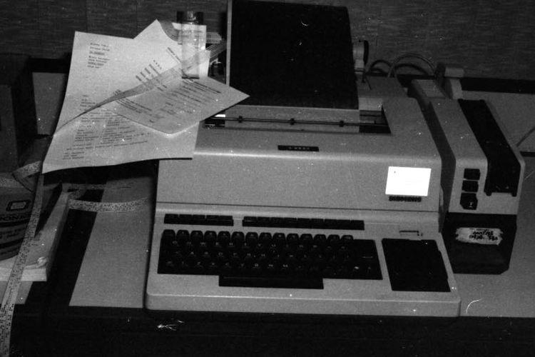 Teleks dan faksimili yang digunakan sebagai alat untuk pengiriman berita di harian Kompas sebelum era digital.