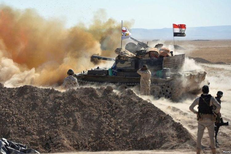 Pasukan Irak melancarkan serangan ke arah sasaran militan ISIS dari pinggiran Tal Afar, Minggu (20/8/2017). Pada Sabtu (26/7/2017), pasukan Irak mengumumkan telah menguasai pusat kota dan merebut benteng bersejarah di Tal Afar.
