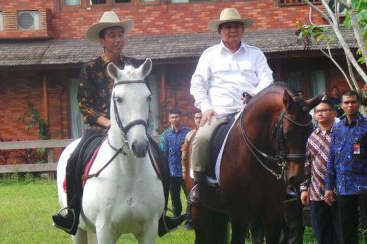 Presiden Joko Widodo dan Ketua Umum Partai Gerindra Prabowo Subianto menaiki kuda di kediaman Prabowo di Hambalang, Bogor, Jawa Barat, Senin (31/10/2016).