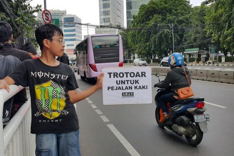 Koalisi Pejalan Kaki mengampanyekan tertib berlalu lintas demi terwujudnya kota yang ramah bagi pejalan kaki di Jalan M Ridwan Rais, Gambir, Jakarta Pusat, Minggu (22/1/2017).