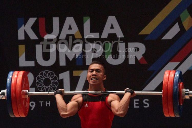 Lifter Indonesia, Deni, sedang beraksi di kelas 69 kilogram pada SEA Games 2017. Deni mendapat medali emas pada pertandingan yang berlangsung di MItec Hall 3, Selasa (29/8/2017).