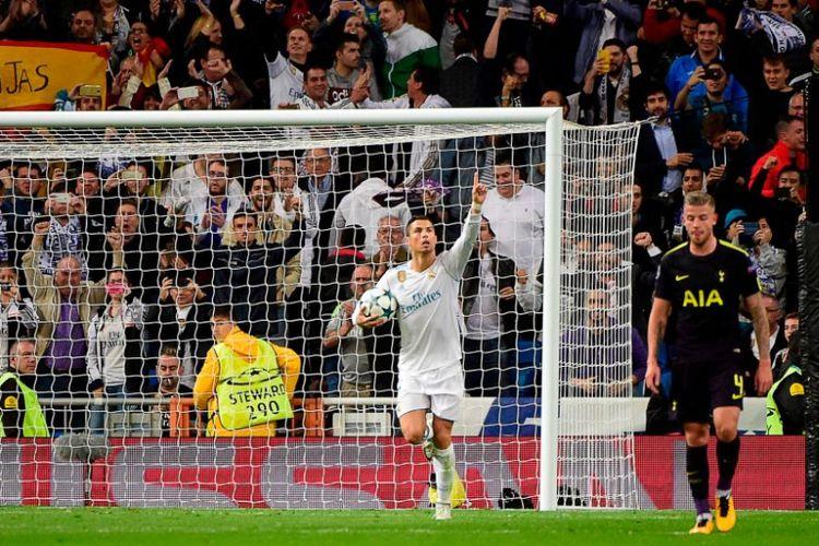 Cristiano Ronaldo mencetak gol penyama kedudukan Real Madrid ke gawang Tottenham Hotspur pada pertandingan Liga Champions di Stadion Santiago Bernabeu, Selasa (17/10/2017).