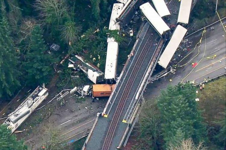 Gambar udara menangkap gerbong kereta yang jatuh dari jembatan, di negara bagian Washington, Amerika Serikat, Senin (18/12/2017). (ABC News).
