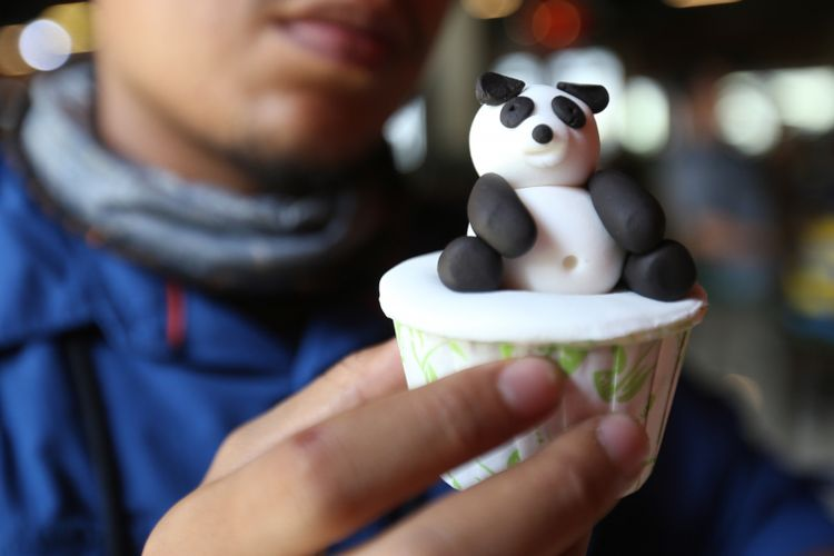 Kue berbentuk panda menjadi salah satu menu makanan yang ad   a di restoran Istana Panda Indonesia, Taman Safari Indonesia Bogor, Jawa Barat, Rabu (1/11/2017). Sepasang panda, Cai Tao (jantan) dan Hu Chun (betina) yang berasal dari pengembangbiakan di China Wildlife Conservation Association (CWCA) telah selesai menjalani proses karantina dan akan diperkenalkan untuk publik pada November 2017 ini