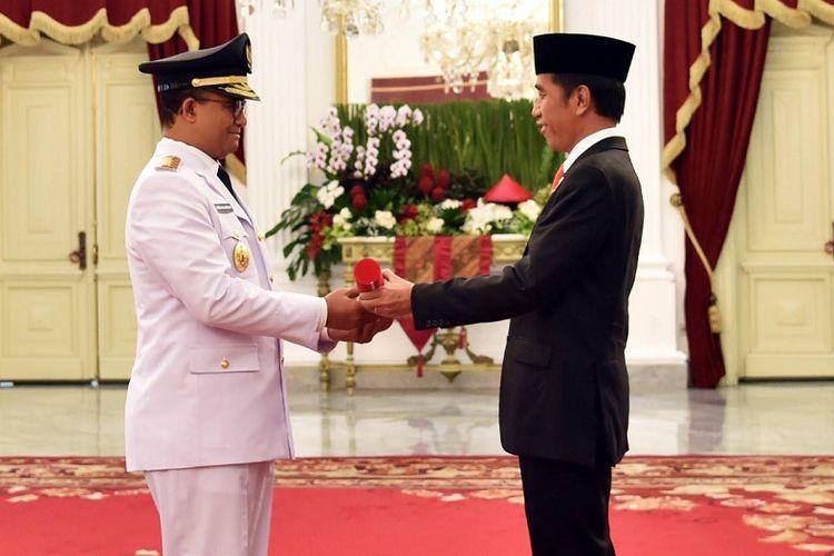 Presiden Joko Widodo dan Gubernur DKI Jakarta Anies Baswedan di acara pelantikan Anies sebagai Gubernur ke-19 DKI Jakarta, Senin (16/10/2017)