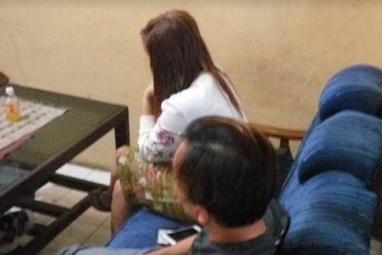 Anggota DPRD Tulungagung berinisial MU dan seorang perempuan berinisial NK diperiksa polisi setelah warga menggerebek rumah perempuan itu, Rabu (11/10/2017).
