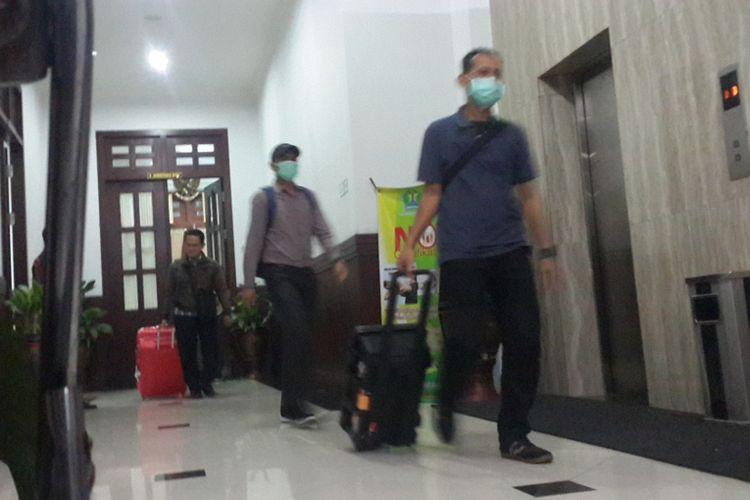 Penyidik KPK membawa koper berisi berkas setelah menggeledah gedung DPRD Kota Malang, Kamis (10/8/2017)