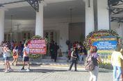 Karangan Bunga yang Menarik Warga untuk Wisata di Balai Kota...