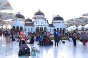 Penasaran Pada Payung Elektrik, Warga Serbu Masjid Baiturrahman