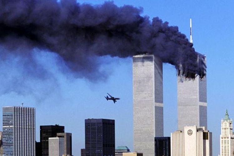 Foto yang menunjukkan pesawat Boeing 767 United Ailrines penerbangan 175 sesaat sebelum menabrak menara selatan gedung World Trade Center di New York, Minggu (11/9/2001).