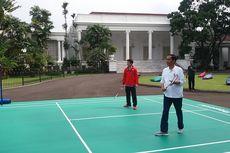Rayakan Sumpah Pemuda, Jokowi Main Bulu Tangkis dengan Para Atlet