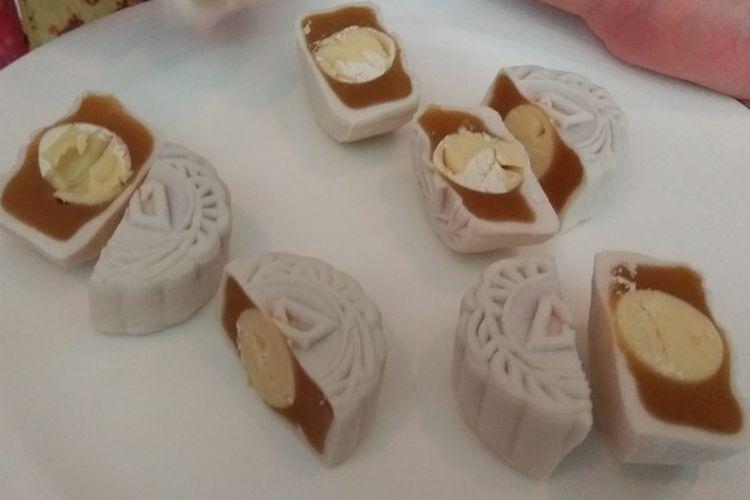 Moon cake white lotus with chocolate and champagne paste snow skin, kue bulan modifikasi di Hotel Mulia.