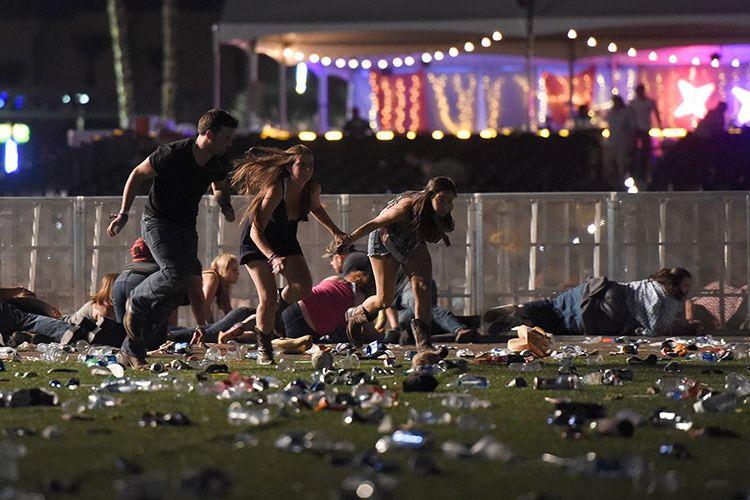 Massa penonton konser berlarian saat mendengar suara rentetan tembakan dari lantai 32 Mandalay Bay, Las Vegas, Amerika Serikat.