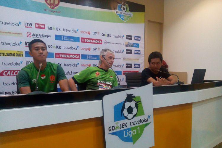 Ivan kolev memberikan keterangan pers di ruangan pers stadion gelora Sriwijaya Jakabaring