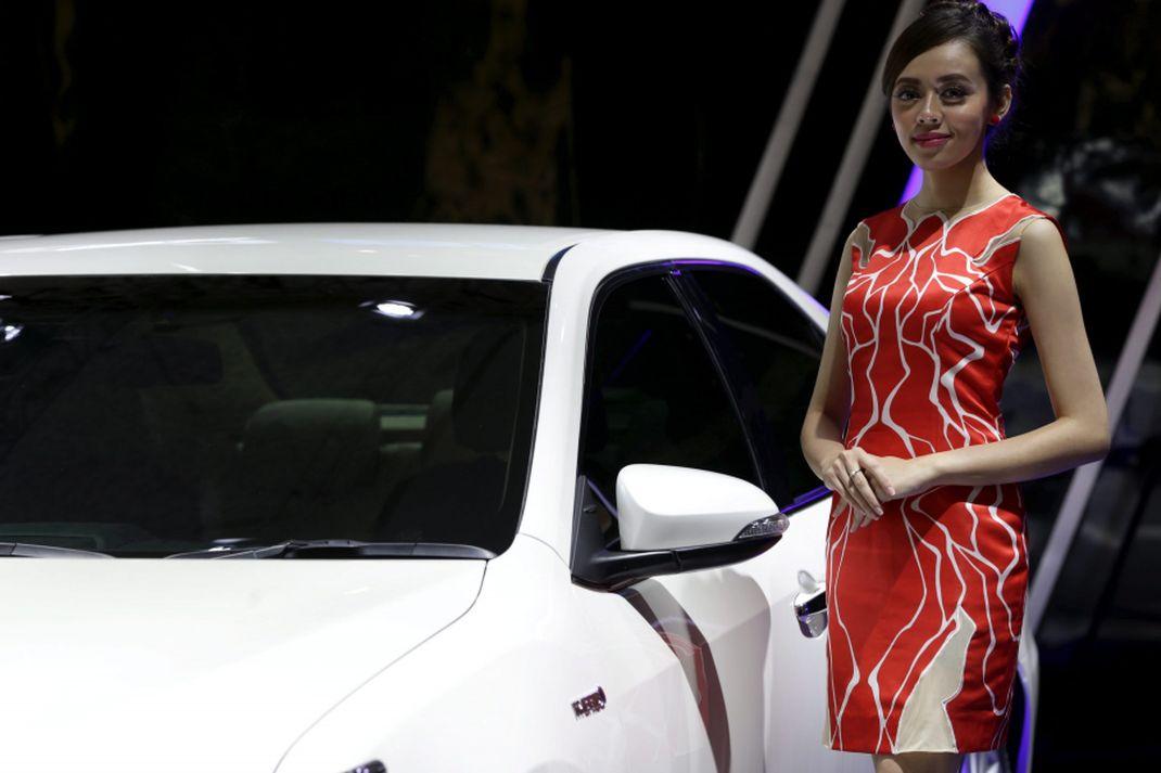 Sales promotion girl berpose saat ajang Indonesia International Motor Show (IIMS) 2017 di JI Expo, Kemayoran, Jakarta, Jumat (28/4/2017). Ajang pameran otomotif terbesar di Indonesia ini akan berlangsung hingga 7 Mei mendatang. KOMPAS IMAGES/KRISTIANTO PURNOMO (KRISTIANTO PURNOMO)