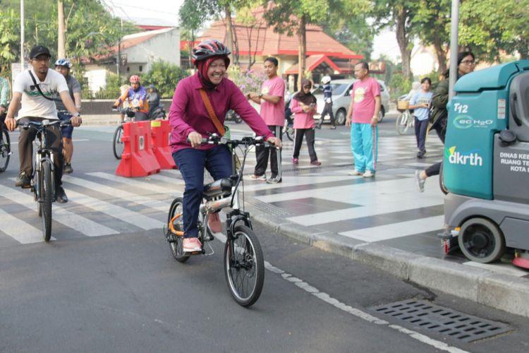 Risma gowes dari rumah ke Balai Kota Surabaya