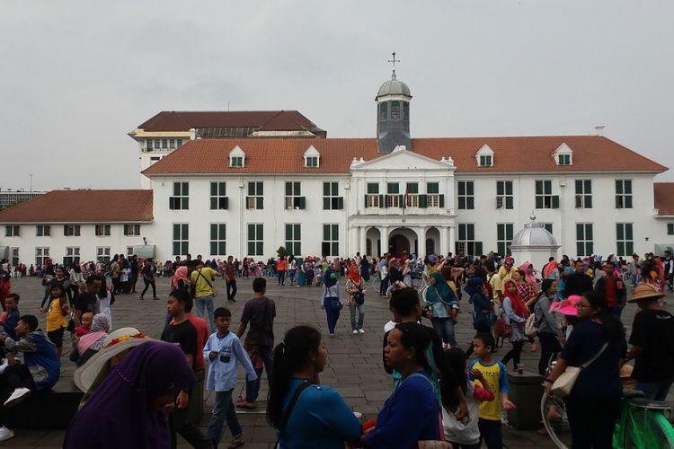 Suasana di kompleks Museum Fatahillah di kawasan Kota Tua Jakarta yang dipadati pengunjung, Jumat (30/6/2017).