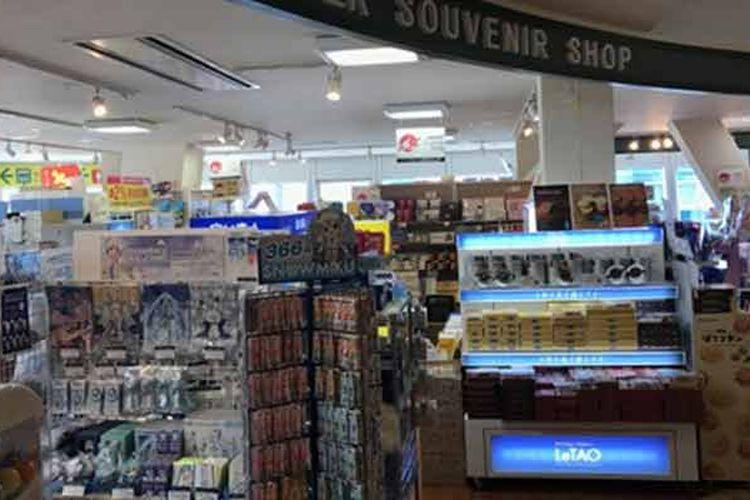 Toko oleh-oleh di lantai tiga menara televisi Sapporo, Jepang, ini terdapat souvenir shop yang menjual berbagai oleh-oleh khas Hokkaido.