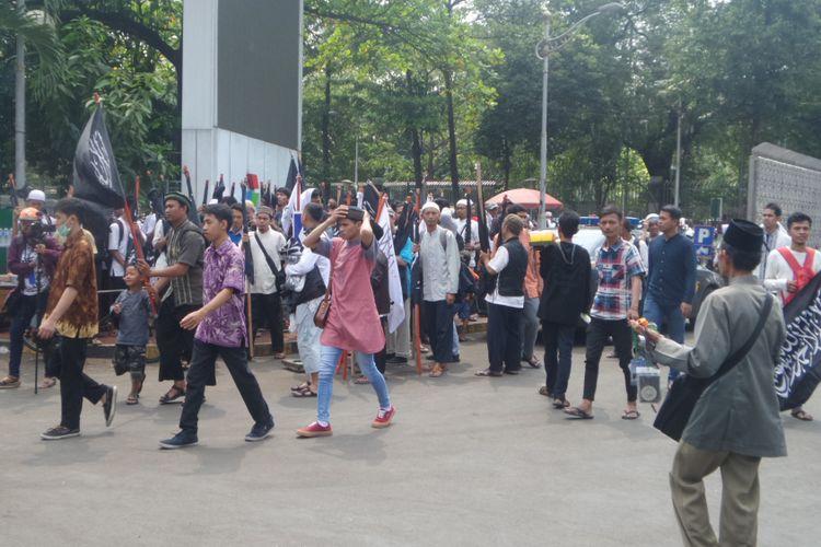 Massa aksi 287 mulai berkumpul di Masjid Istiqlal, Jakarta Pusat. Aksi tersebut rencananya digelar untuk menolak Perppu Nomor 2 Tahun 2017 tentang Organisasi Masyarakat, dan digagas Gerakan Nasional Pengawal Fatwa (GNPF) serta alumni aksi 212, Jumat (28/7/2017)
