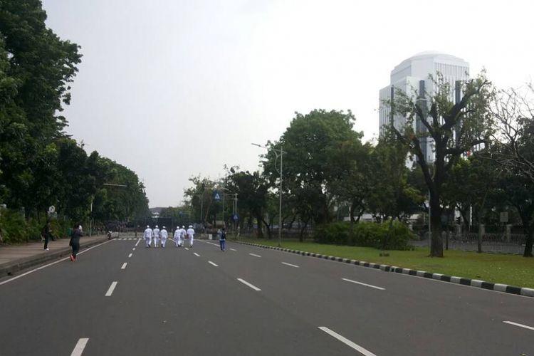 Situasi Jalan Medan Merdeka Utara tepat di depan Gedung Mahkamah Agung yang tampak lengang, Jumat (5/5/2017). Kondisi ini terjadi setelah massa aksi unjuk rasa 55 batal berunjuk rasa di lokasi ini