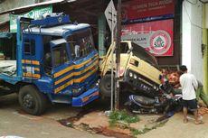 Rem Tangan Putus Saat Parkir, Truk Tronton Seruduk 8 Kendaraan