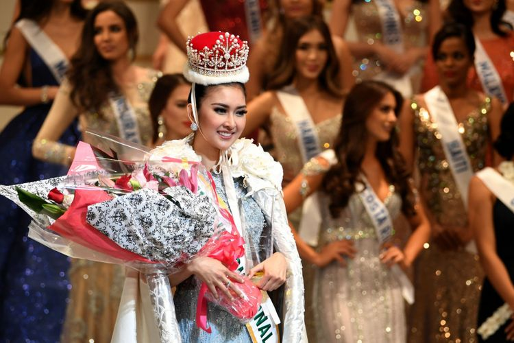 Miss Indonesia Kevin Lilliana tersenyum setelah menerima mahkota Miss International 2017 dalam final Miss International Beauty Pageant di Tokyo, Selasa (14/11/2017).