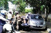 Petugas Nyaris Ditabrak Saat Tertibkan Mobil yang Parkir Sembarangan
